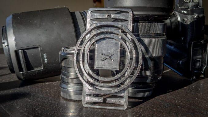 Fertiger 3D-Druck der Version 3 des Objektivdeckelhalters aus dem 3D-Drucker