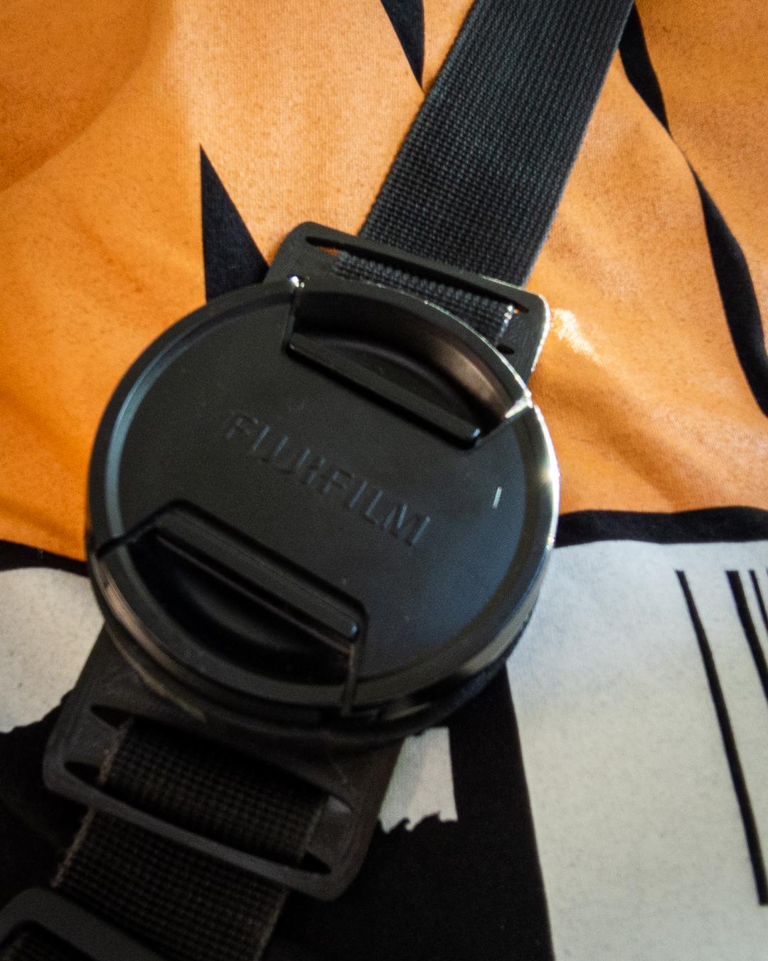 3D-Druck-Objektivhalter im Einsatz am Gurt der Kameratasche