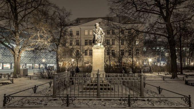 Hahnemann Denkmal Leipzig bei Nacht