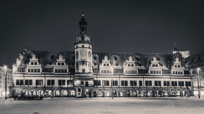 Altes Rathaus Leipzig im Winter als Schwarz-Weiß-Aufnahme